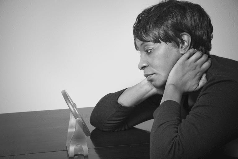 چگونه از خودخوری کردن دور شویم؟ عواقب خودخوری چیست؟