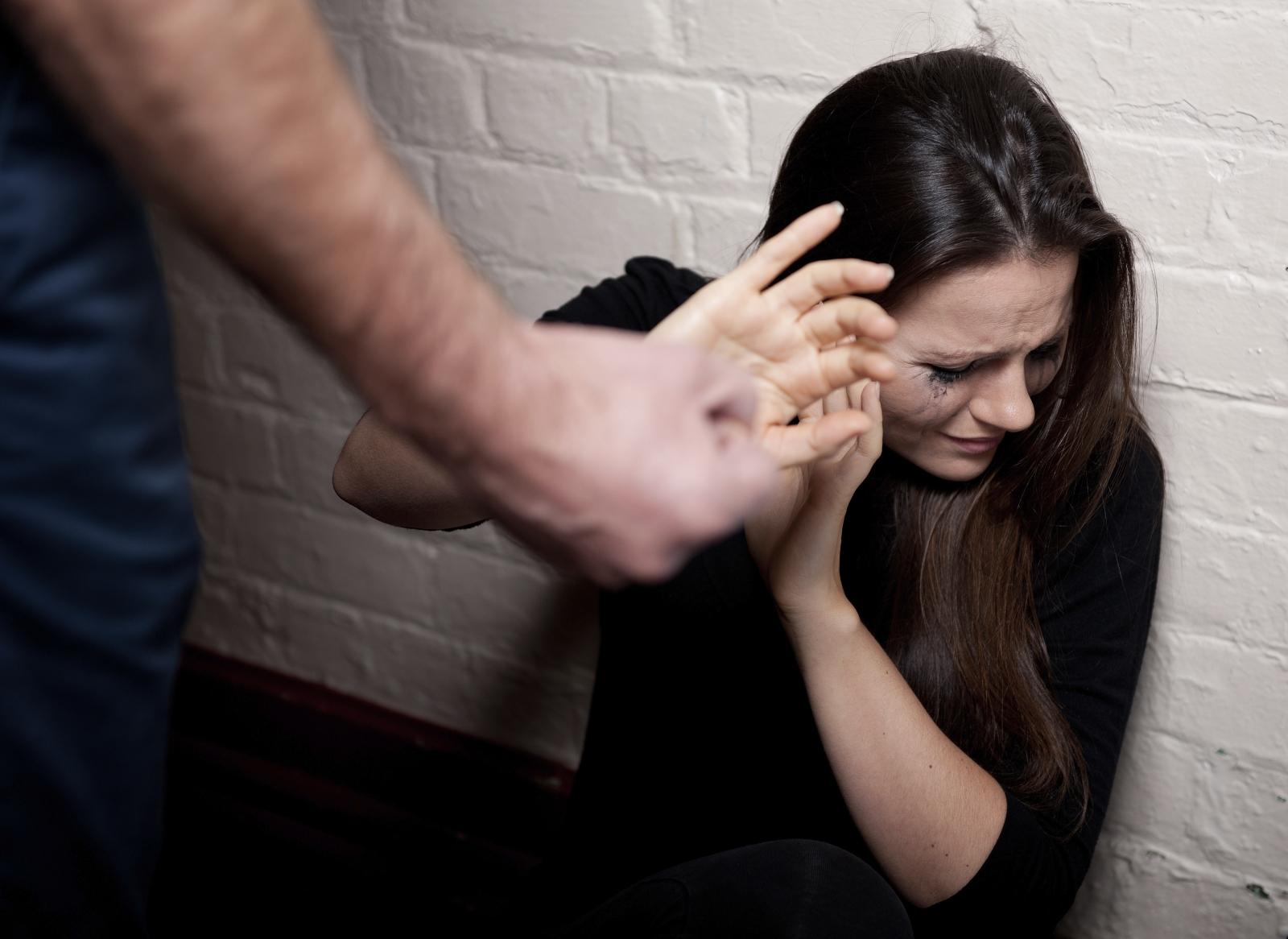 چگونه از یک رابطه زناشویی خشونت آمیز بیرون بیایم ؟