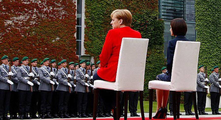 مرکل صدر اعظم آلمان بار دیگر نشسته به استقبال مهمانانش رفت + عکس