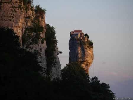 زندگی راهب گرجستانی برفراز یک ستون سنگی