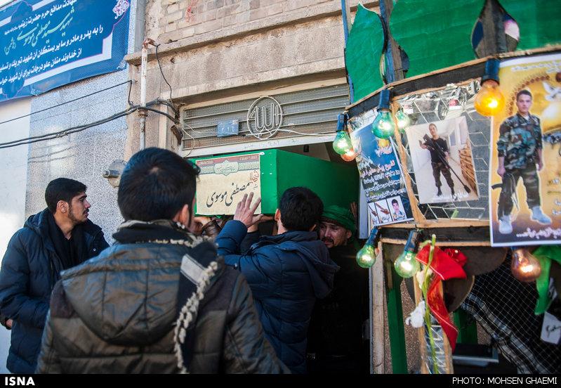 وداع خانواده شهید مدافع حرم سید مصطفی موسوی با پیکر فرزندشان