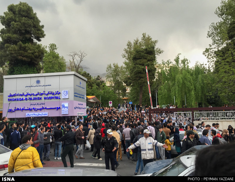 حضور هواداران مهرداد اولادی در بیمارستان شهدای تجریش