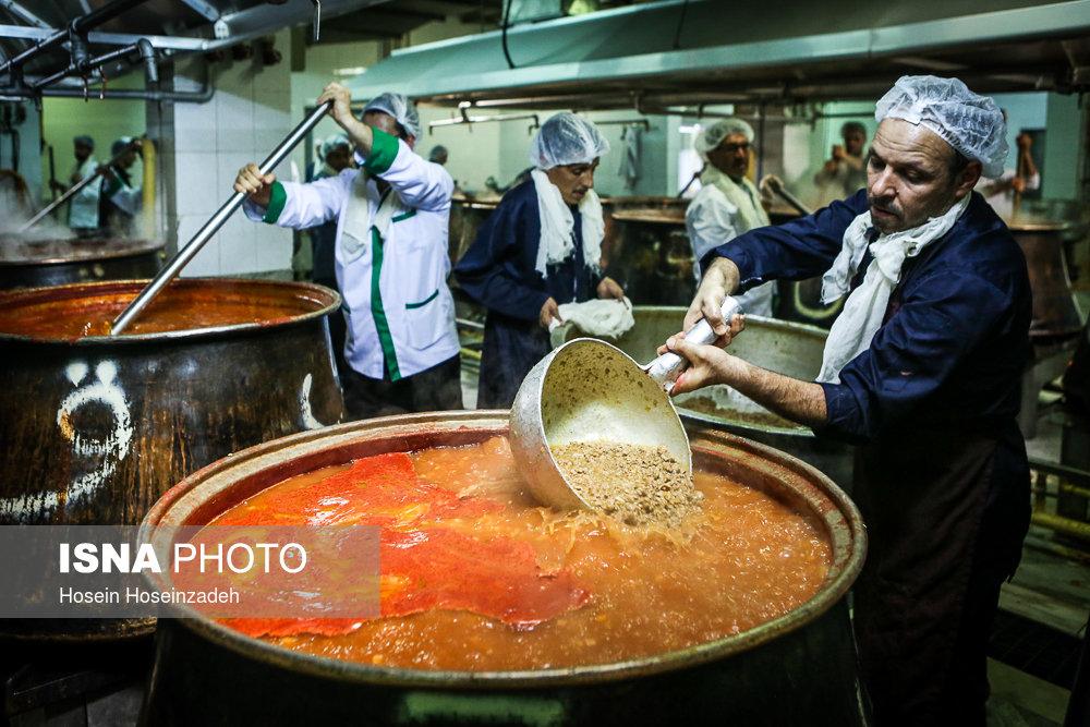 طبخ و آماده سازی سفره های طرح اکرام رضوی ـ مهمانسرای حرم امام رضا (ع)