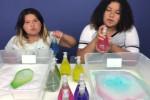 این دوتا خواهر با مایع دستشویی یه عالمه اسلایم درست میکنند