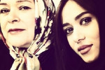 عکسی از پریناز ایزدیار بازیگر ایرانی در کنار مادرش