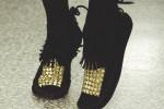 روش تزئین کفش با مهره های طلایی