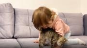 بازی دختر بچه با گربه بامزه