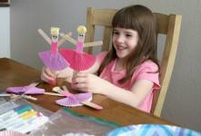 کاردستی برای کودکان با مواد ساده چوب و برگ