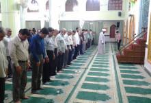 جلو بودن مرد از زن هنگام نماز خواندن چه دلیلی دارد؟