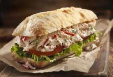 طرز تهیه ساندویچ مرغ مدیترانه ای با نان روگن و سس پستو