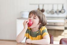 فواید مهم و عالی خوردن سیب برای کودکان
