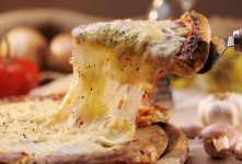 انواع پنیر پیتزا : آشنایی کامل با ۹ پنیر پیتزای کش دار برای پیتزا