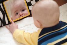 آیا نگاه کردن نوزاد به آینه خطرناک است ؟