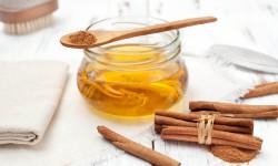 فواید ماسک عسل و دارچین برای مقابله با آکنه و بستن منافذ پوست