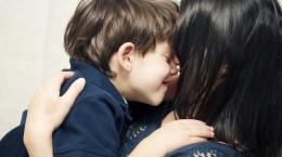فواید نوازش، بوسیدن، لمس کردن و در آغوش گرفتن کودکان توسط والدین