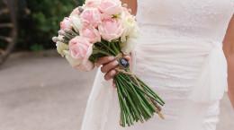 25 مدل از بهترین ژست عکس عروس با دسته گل طبیعی