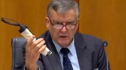 سناتور استرالیایی با یک بمب وارد پارلمان شد