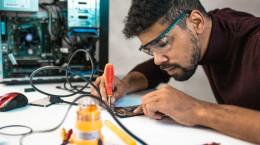 چگونه در دوره های فنی حرفه ای تعمیرات موبایل و برق ساختمان ثبت نام کنیم؟