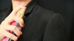 ۱۰ ترفند حیرت انگیز برای پاک کردن لکه عطر
