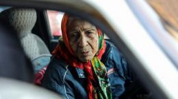 زن ۹۰ ساله ای که در خیابان های تهران مسافرکشی می کند