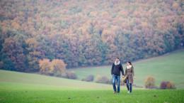 30 ژست عکس دونفره و عاشقانه در طبیعت