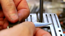 کلیپ جذاب تبدیل یک پیچ فولادی به چاقوی شکاری