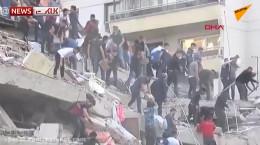 مردم درحال پیدا کردن و جستجوی زیر آوار ماندگان زلزله ازمیر ترکیه