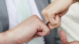 17 ژست زیبا عکس با حلقه ازدواج
