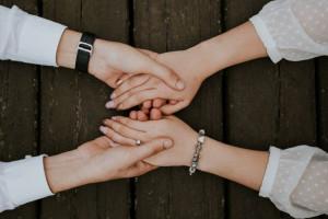 فواید گرفتن دست همسر : فواید شگفت انگیز دست یکدیگر را گرفتن