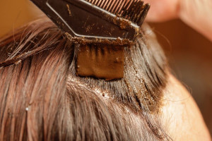 چگونه با حنا موهای خود را شرابی کنیم؟