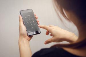 با این روش کسانی که میخواهند قفل گوشی تان را باز کنند بشناسید!