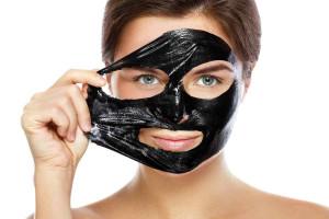 معایب ماسک زغال خانگی و فواید اعجاب انگیز ماسک زغال آماده برای پوست