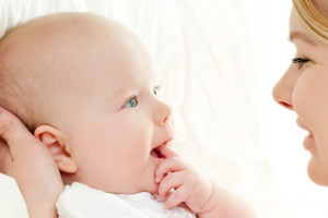 زمان اولین واکنش نوزاد به اسم خود
