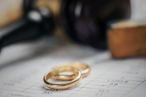 حکم ازدواج با خواهر زن چیست و در چه صورتی جایز است؟