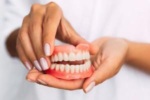 شستشو و سفید کردن دندان مصنوعی با چند ماده شوینده در منزل