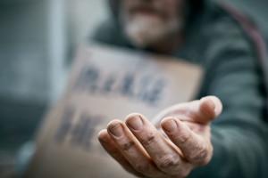 به حج رفتن واجب تر است یا کمک کردن به فقرا ؟