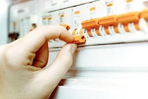علت پریدن فیوز برق چیست؟ راهنمای رفع آن