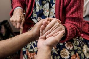 3 راهکار عالی برای غلبه بر وسواس کمک به دیگران