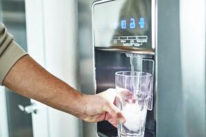 ۳ دلیل اصلی بوی بد آبسردکن یخچال + رفع این مشکل