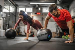 فواید انجام تمرینات ورزشی با توپ مدیسین بال