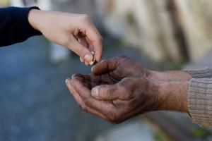 حکم شرعی کمک کردن به معتاد چیست؟