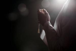حکم خواندن زیارت عاشورا در زمان قاعدگی چیست ؟