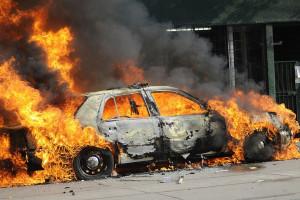 آتش گرفتن یک خودرو در اهواز بر اثر گرمای هوا + فیلم