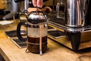 نحوه تهیه قهوه فرانسه با دستگاه فرنچ پرس + نکات کلیدی