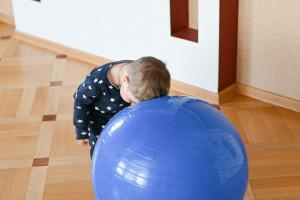علت و درمان کوبیدن سر به اجسام در کودکان