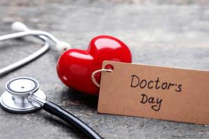 10 متن و پیام تبریک روز پزشک به انگلیسی با ترجمه