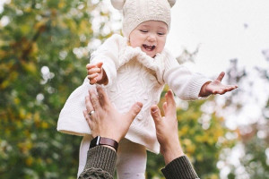 خطرات جبران ناپذیر تکان دادن نوزاد برای خواباندن و بازی با او