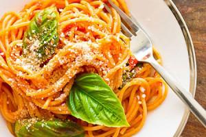 طرز تهیه پاستا با ریحان تازه و پنیر رومانو