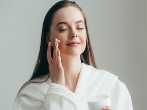 ۱۳ تا از بهترین روش های طبیعی آبرسانی به پوست