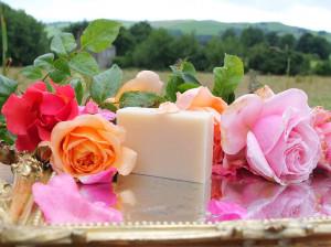 فواید معجزه آسا صابون گل رز برای پوست و زیبایی
